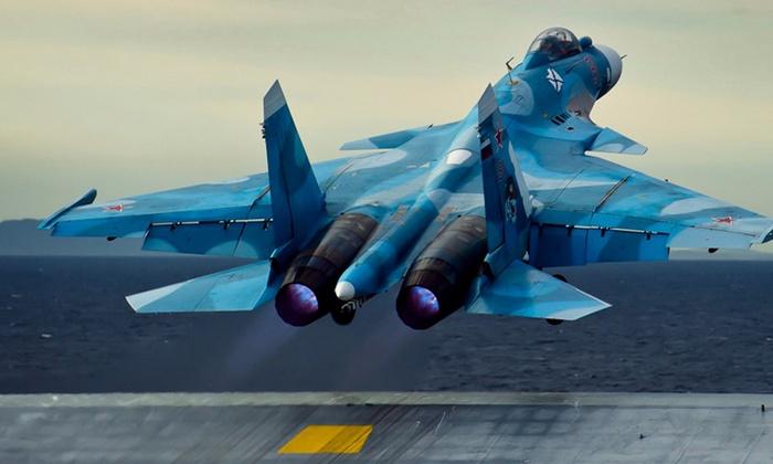 Су-33 взмывает в небо с палубы авианосца