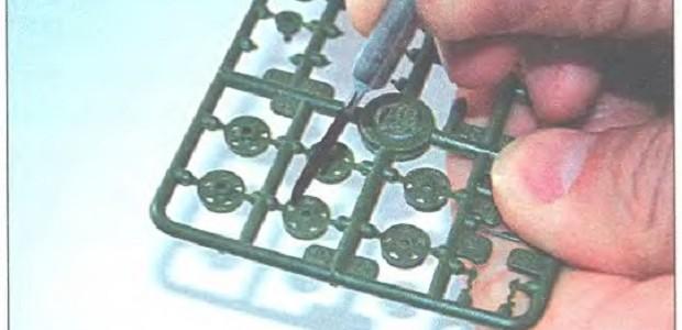 Окрашиваем мелкие детали прям на литнике